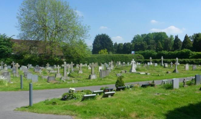 78 Jahre alte Witwe wird neben dem Grab des toten Ehemanns ausgeraubt: 1 Woche später ruft der Sohn des Diebes an und hat ein unerwartetes Angebot